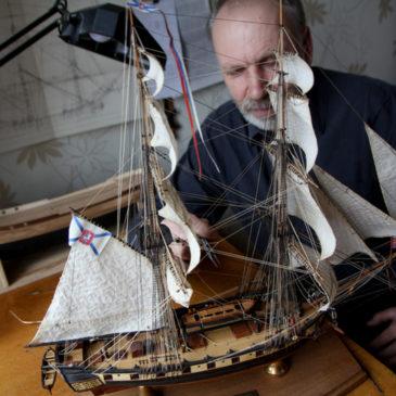 Череповчанин Сергей Лушкин, капитан второго ранга в отставке, член РГО создает модели парусных кораблей Вологодской губернии XVIII века.