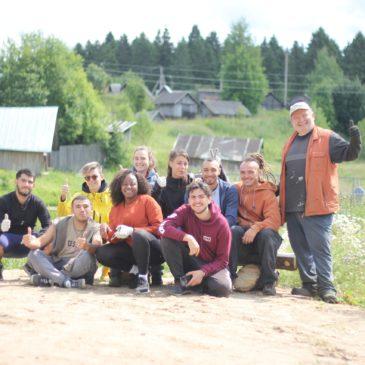 В возрождаемой усадьбе Спасское-Куркино под Вологдой работают волонтеры из Франции.