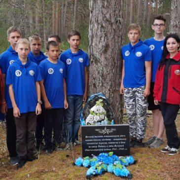 Участники экспедиции «Вместе по Русскому Северу -2019» возложили венки к могиле неизвестного солдата.