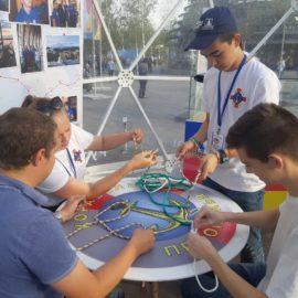Мастер-классы по вязанию морских узлов проводят на фестивале РГО в Москве юные корабелы Прионежья.