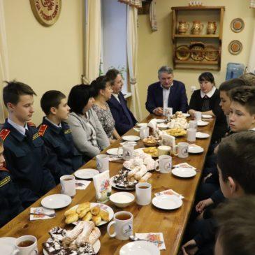 Вытегорские кадеты пообщались со своим наставником Юрием Воробьевым за чашкой чая.