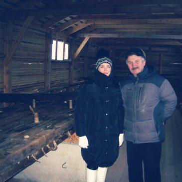 Продолжаются исследования вытегорской ладьи XVII века: дендрохронологи и историки изучают древесину плоского днища судна.