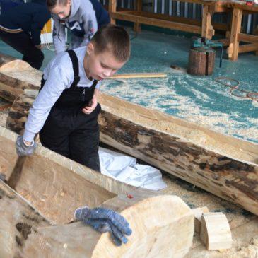 Вытегорские школьники практикуются в создании полноразмерных лодок – от долбленки до швертбота.